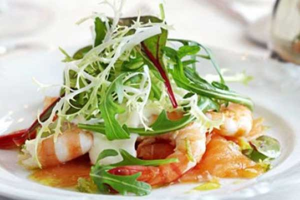 Smoked salmon with prawns, horseradish cream & lime vinaigrette post image on the-journal.es