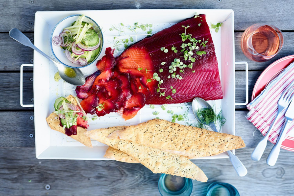 Beetroot cured salmon with cucumber and apple salad post image on the-journal.es