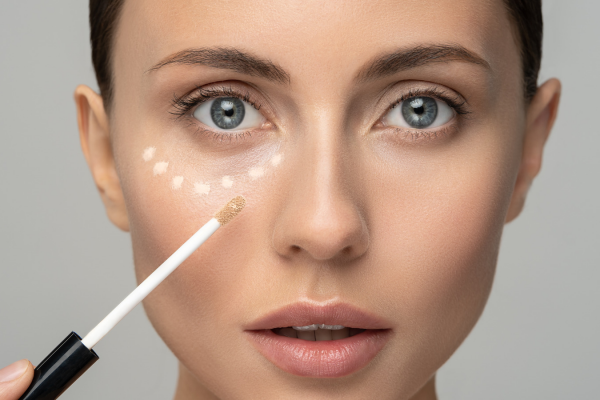 How to Apply Concealer to Flawlessly Disguise Dark Circles, Acne and More post image on the-journal.es